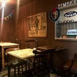 ティンバーズ カフェ ツキジ テーブル - 奥の半個室兼喫煙スペース