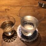 そば季寄 武蔵屋 - お酒はガラスの片口で提供されます。