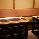 オモニ - ☆テーブル席には鉄板があります(^^♪☆