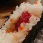 魚真 - 塩すじこおにぎり(中身)
