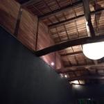 97456561 - 天井の落ち着いた照明
