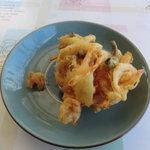 讃岐製麺所 - かきあげ 天ぷら 野菜と魚が入っている 冷えていたがカッリとして美味しかった