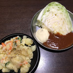 四文屋 - ポテトサラダ¥150、キャベツ¥100。(いずれも税別)