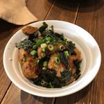 ヴィーガニック トゥー ゴー - 焼き鳥丼(918円)は自然栽培の玄米に焼き鳥を乗せた丼で海苔が散らしてあり味噌が添えてある!焼き鳥はヴィーガンソイミートの唐揚げをテリヤキソースに漬けた物。玄米も柔らかく炊いてあってヘルシィで良いね♪