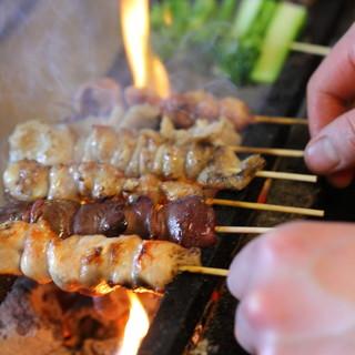 佐賀より直送される新鮮なふもと赤鶏を使った炭火焼鳥!