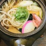 97468060 - 「鍋焼きうどん」。グツグツが落ち着きました。具材は竹の子、かまぼこ、ほうれん草、椎茸、葱、鶏肉、厚焼き玉子、エビです。