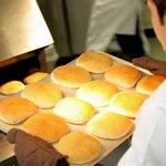 軽井沢フラットブレッズ - パンをオーブンから出したところ