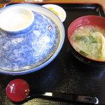 ちょう吉 - 焼鳥屋のこだわり親子丼(¥800)(味噌汁、漬け物付)