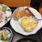 浜咲き - 定食の副菜 は大根煮物、白菜と切昆布煮、ミニ春巻。味噌汁はワカメたっぷりのアラ汁