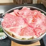 牛鍋おおき - 配膳すぐの米沢牛。下には白菜等の具です