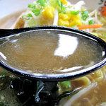 北海道らーめん 北の恵み - 醤油ラーメンのスープ。同じく680円。九州風の醤油ラーメンに比べて、甘みが少なく、キリっとしていながらコクもある印象。