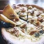 ゴルゴンゾーラと胡桃の蜂蜜ピザ