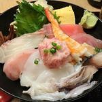 寿司 魚がし日本一 - 寿司 魚がし日本一 茅場町店 ランチ 10種11切れの魚介類と玉子焼き・干瓢・ガリ・大葉・ワサビが盛り込まれる海鮮丼