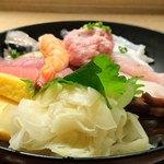 寿司 魚がし日本一 - 寿司 魚がし日本一 茅場町店 シャリ少な目・ガリ大の海鮮丼 後ろからの眺め