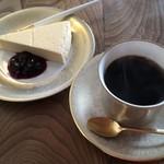 喫茶 カルネ - レアチーズケーキ、ロアブレンド