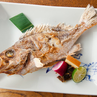 魚津港直送のきときと地魚を姿焼き、姿煮でご提供します