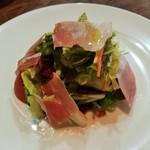 97507059 - 様々な野菜をドレッシングで丁寧に和えたサラダには、旨味の詰まった生ハムが