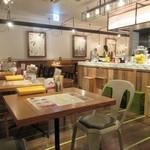 サラダレストラン Mr.&Mrs.GREEN - お店は奥にも客席スペースが確保してあり細長い造りで見た目よりも広い店内でした。  サラダ中心のヘルシーレストランとあってこの日も女性客で賑わってました。