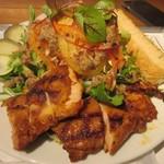 サラダレストラン Mr.&Mrs.GREEN - サラダはピリ辛のタレに漬けてオーブンでふっくらと焼き上げられたチキンが添えられた九州産の野菜をたっぷり使ったサラダです。