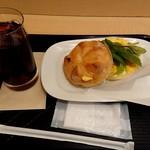 カフェ・ベローチェ - カイザーサンドセット420円(スクランブルエッグ・ベーコン+アイスコーヒー)
