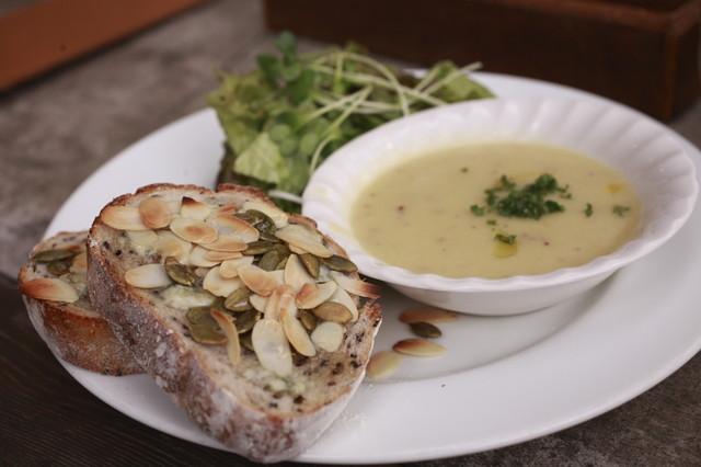 cafe Amar - ランチメニューのゴルゴンゾーとハチミツのピザ¥900