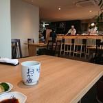 心斎橋 鮨 おか崎 - 広くて綺麗な店内です