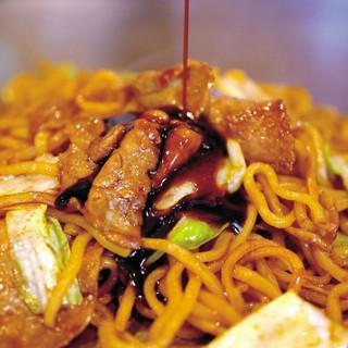 秘伝のタレとしっかりソースに絡む太麺!