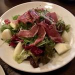 中崎バール Switch - イタリア産生ハムと洋梨のサラダ 700円