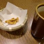 杵屋 - お茶におかきが添えられて