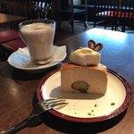 カフェ 寛美堂 - エスプレッソと渋皮栗のチーズケーキ、チョコレートミルク(Hot)