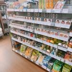 鈴木酒販小売部 - 店内販売の乾き物や缶詰等は角打ちスペースでも食べられます