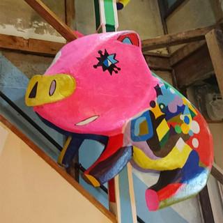 カラフルな豚さんのオブジェが鎮座♪