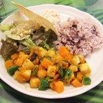 ゴービンダズ - ジャガンナータセット(1550円)の野菜カリー、ライス、おからサラダ、スプラウツサラダ