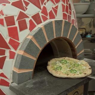 石窯で焼くピザは絶品!