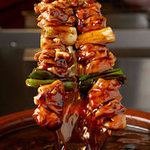 鳥貴族 - 【手作りの秘伝タレ】鶏丸ごとふんだんに使い、新鮮な野菜・果物と一緒に 3日間じっくり煮込んだ秘伝のタレは、創業から守られた味です。