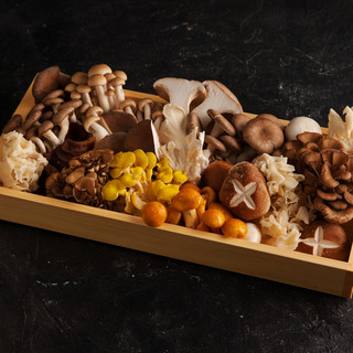 希少食材も含まれる数十種類の山盛りきのこ『万福きのこコース』