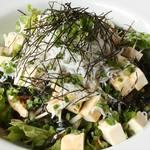 じんりきダイニング WABITO - 2018年冬の新メニュー。わかめと豆腐としらすのサラダ。