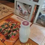 東京みるく工房 ピュア - ドリンク写真:城山湖ポタでお昼をお蕎麦屋さんで取った後、まだ時間があるので牛乳飲みに☆彡 のむヨーグルトもあったけど、おいしい牛乳(172円)♪ 今日は10%オフだったらしく155円でラッキー!名前通り美味しい!
