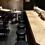 どて金  - 1階はカウンター10席、テーブル11席