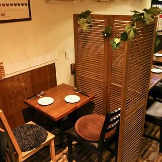パーテーションで仕切られたテーブル席もあります!プライベート空間が保たれます♪
