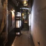 松富 - こーんな細い路地を入った奥にお店がありました