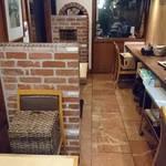 鉄板創作料理 木木の釜座 - 店内。 奥の扉の奥が広めの個室