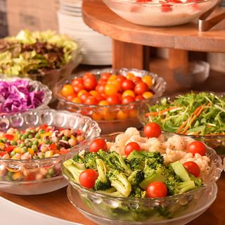 新鮮なお野菜やフルーツが楽しめるサラダバーあり!