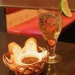ikebukurononikubarukarune - 「ジンバック」とお通しの「牛すじの赤ワイン煮」