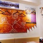 アンナプルナダイニング - 店内の様子。私の席より、店内1番奥の壁の写真です。