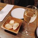 ダブリュー表参道 ザ セラーグリル - お通しはカマンベールチーズ。乾杯はスパークリングワインで。