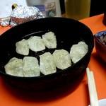 97597135 - 焼き餃子 すでにひとつ食べてます。