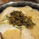 屋台ラーメン 玉龍 - 辛子高菜がテーブルに置いてあったんでトッピングされてもらって高菜ラーメンにしていただきました。