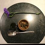 茶房 雲母 - セッティング 〜漬物、抹茶餡、切花のスターチス