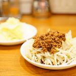 餃子の福包 - 肉味噌もやし (¥250)、きゃべつ (¥250)
